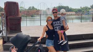 Sergio Busquets amb la seva dona, Elena Galera, i el seu fill, Enzo Busquets, al parc d'atraccions de Vila-seca i Salou