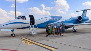 Sergio Ramos y Pilar Rubio antes de subir al su avión