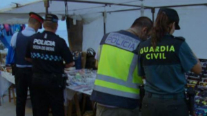 Set parades del mercadet d'artesans de Roda de Berà denunciades per delictes contra la propietat industrial