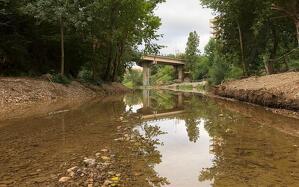S'ha procedit a retirar tota la terra acumulada a la zona de l'estany del parc i a recuperar el cabal d'aigua