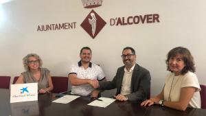Signatura del conveni entre l'Ajuntament d'Alcover i l'Obra Social 'La Caixa', per l'homenatge a la gent gran.