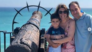 Susana Díaz junto a su marido y su hijo en el Balcón de Europa