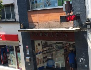 Termòmetre de la Farmàcia Batallé marcant 34 graus