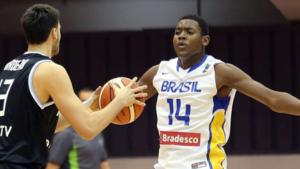 Uchendu, con el 14, jugando con la sub 21 de su país