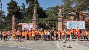 Un grup d'empleats concentrats davant l'institut Pere Mata de Reus com a protesta per la millora de les condicions laborals