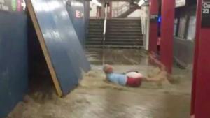 Un home és arrossegat per les inundacions al metro de Nova York