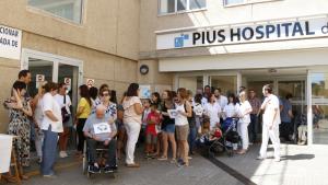 Una cinquantena de treballadors del Pius Hospital de Valls concentrats davant les portes del centre