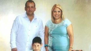 Una foto de família a on es pot vore José Miguel, mort d'un infart cerebral, i els dos fills menors