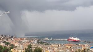 Una impresionante tromba de agua acompañó las tormentas que afectaron Bastia