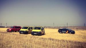 Vehículos del SUMMA 122 y Policía Nacional en la zona de campo en la que se ha localizado el cadáver de una mujer