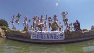 Voluntarios de WWF protestan contra el mal estado de los ríos en puntos 'críticos' de Córdoba, Granada, Málaga y Sevilla