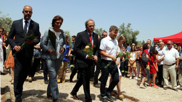 El president Torra, el conseller Buch i la presidenta de la Diputació, Noemí Llauradó, en l'ofrena floral d'aquest diumenge.