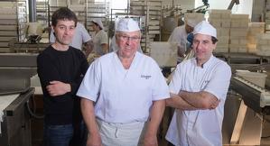 A la foto, Ferran Alemany, Miquel Alemany i Germán Alemany a l'obrador d'Os de Balaguer