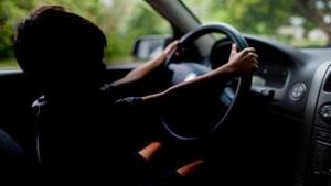 Acusan a un hombre por dejar conducir a su hijo de ocho años y grabarlo con el móvil desde el exterior