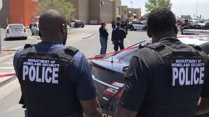 Agentes de la policia de El Paso acordonando la zona