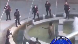 Agentes de la Policía Nacional logran reducir y detener un hombre que blandía un machete dentro de una fuente de Madrid