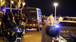 Agents del GEI, de l'ARRO i de la Policia Científica dels Mossos, al punt zero de l'atemptat de Cambrils.