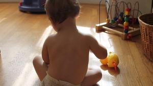 Bebè jugant a ves a saber