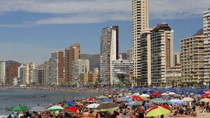 Benidorm ya no solo es el lugar ideal para unas vacaciones en la playa, ahora los mayores acuden en busca de fiesta
