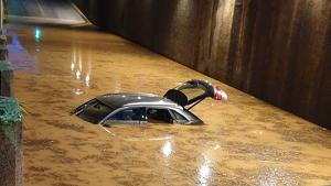 Cotxe atrapat sota l'aigua en un pont de Vilanova i la Geltrú aquesta nit