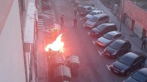 Crema totalment un contenidor de cartró al carrer del Roser de Reus