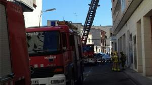 Crema un sofà a l'entrada d'un edifici de Móra d'Ebre