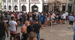 Cues a les portes de la botiga Snipes a Lleida