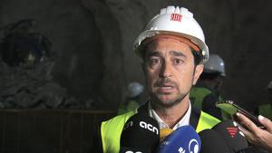 Damià Calvet atenent els mitjans de comunicació, amb l'excavació de la galeria principal del Túnel de Tresponts