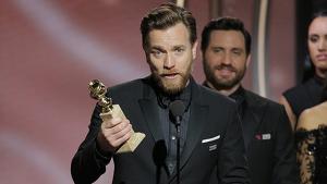 El actor recibiendo el Globo de Oro por 'Fargo III' (2017)