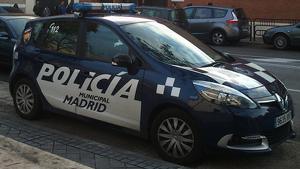 El coche de la Policía Municipal no tenia accionado el freno de mano.