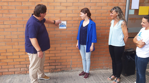 El president de l'ADT, Robert Hernández, i l'alcaldessa accidental de Tarragona, Carla Aguilar, col·loquen el pictograma a la porta del Casal Riu Clar.