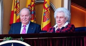 El rei Joan Carles, acompanyat de la seva germana la infanta Pilar