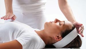 El Reiki es una terapia alternativa que canaliza las energías mediante la imposición de manos