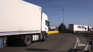 El trànsit de camions i les aglomeracions de cotxes col·lapsen la rotonda sovint.