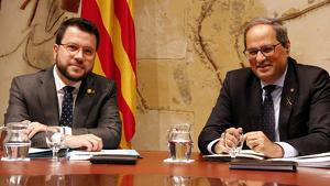 El vicepresident i conseller d'Economia, Pere Aragonès, i el president de la Generalitat, Quim Torra, a la taula del Consell Executiu