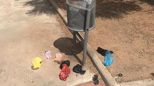 Els autors dels desperfectes buiden les papereres de la plaça deixant la borsa al terra