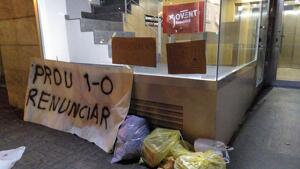 Els CDR han omplert les seus d'ERC i PDeCAT de deixalles amb motiu de protesta