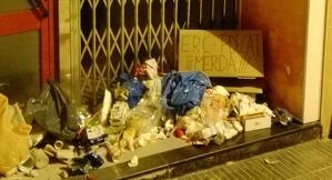Escombraries davant la seu d'ERC de Tàrrega, dipositades pels CDR