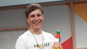 Fionn Ferreira premiado fue por su invento para extraer microplásticos del agua