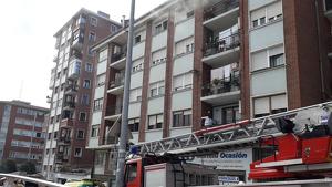 Herida de gravedad tras saltar desde un cuarto piso al incendiarse su casa en Leioa