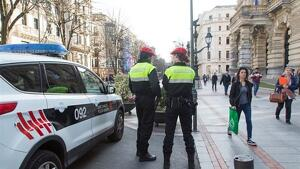 Imagen de archivo de dos agentes de la Policía Local de Bilbao.