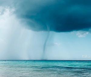 Imagen de la fotogénica tromba marina observada ayer por la tarde en la playa de Formentera