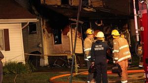 Imagen de los bomberos en la vivienda afectada