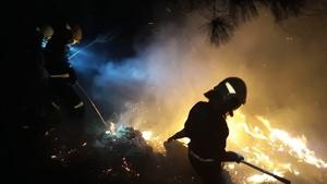 Imagen de los bomberos sofocando el fuego de uno de los muchos incendios registrados