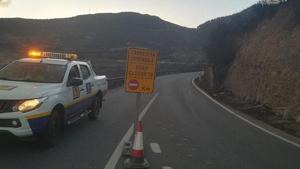 Imagen de una de las carreteras cortadas por el incendio.