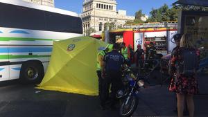 Imagen del accidente de moto contra un bus en la Plaza de Cibeles de Madrid