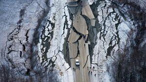 Imatge aèria d'una carretera destruïda pel terratrèmol a Alaska