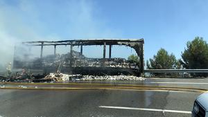 Imatge de la càrrega del camió, completament calcinada