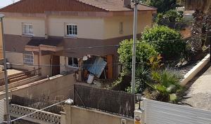 Imatge de la casa que ha explotat a Segur de Calafell.