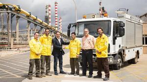 Imatge de la cessió oficial del vehicle al Complex Industrial de Repsol aquest dimarts.